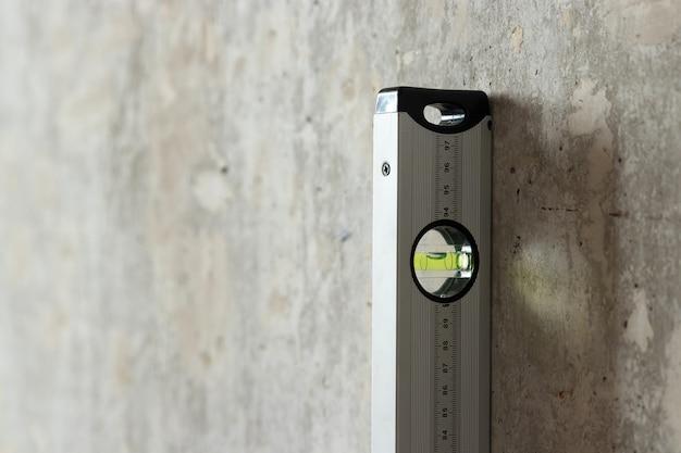 Feuille de cloison sèche et niveau de construction près du mur