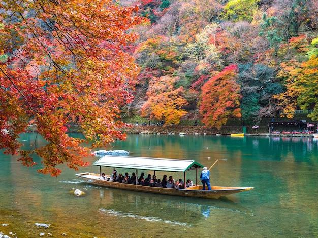Feuille d'érable rouge et rivière katsura à arashiyama, kyoto.