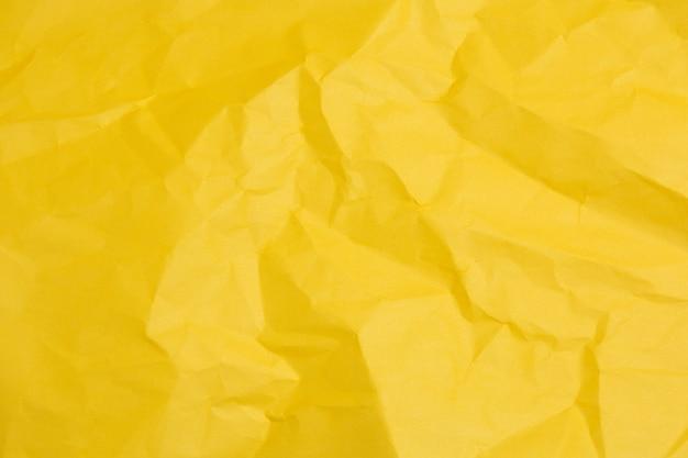 Feuille froissée jaune de texture de papier coloré