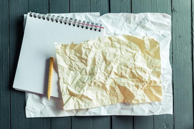 Feuille froissée de papier et un crayon