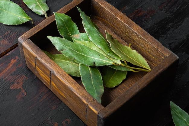 Feuille de laurier vert et frais, dans une boîte en bois
