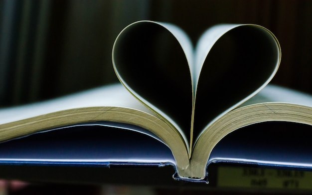 Feuille de livre faire un coeur