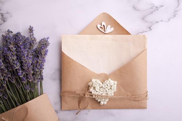 Feuille de maquette vintage avec enveloppe et lavande. amour, été, concept de mariage
