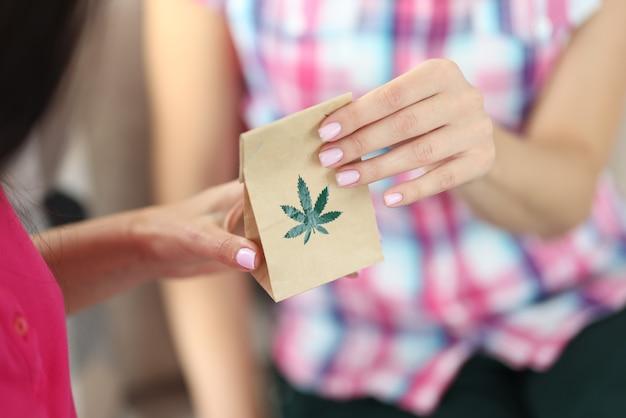 Feuille de marijuana sur sac en papier.