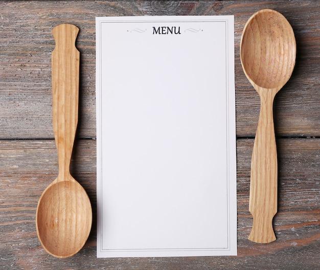 Feuille de menu de papier sur l'espace de surface en bois rustique