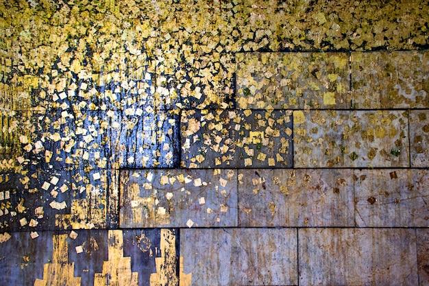 Feuille d'or ou feuille d'or sur la texture de fond noir