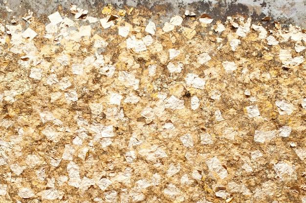 Feuille d'or sur le fond du mur.