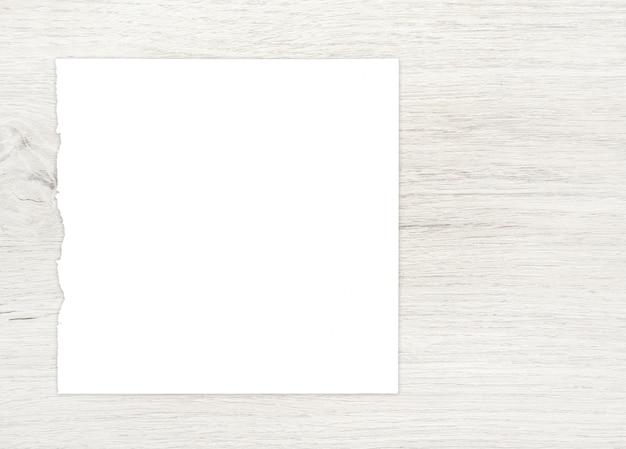Feuille de papier blanc sur bois pour fond d'écran.