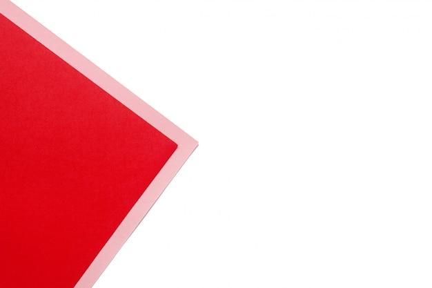 Feuille de papier blanc avec coin rouge et rose et place pour le texte