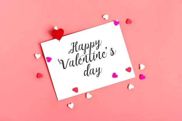 Feuille de papier blanc sur fond rose concept de saint valentin heureux