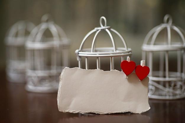 Feuille de papier blanc notes d'amour et forme de coeur