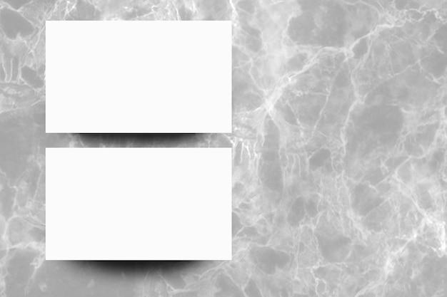 Feuille de papier blanc vide sur fond de marbre gris