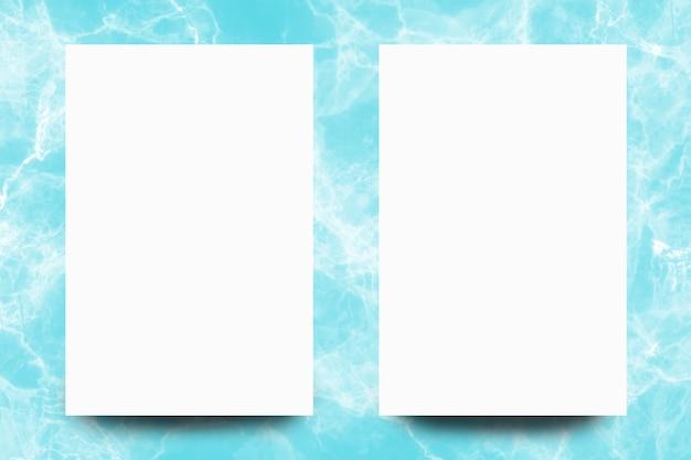 Feuille de papier blanc vide sur fond de marbre turquoise