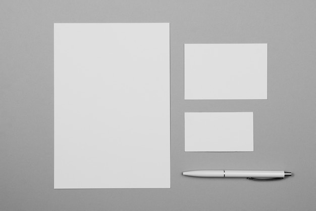 Feuille de papier blanc vue de dessus avec stylo