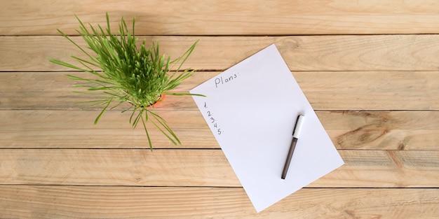 Feuille de papier blanche avec plan et stylo
