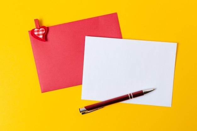 Feuille de papier avec des coeurs rouges pour message sur jaune