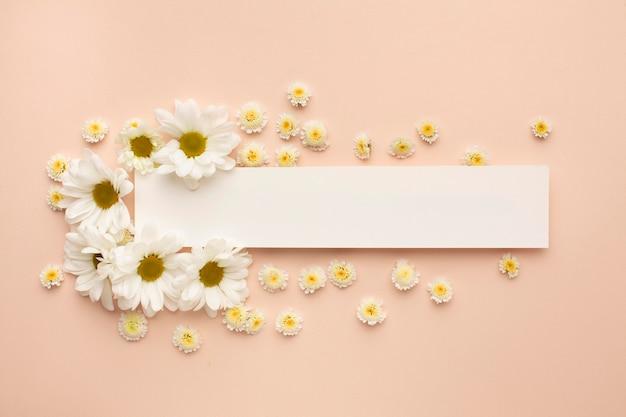 Feuille de papier avec des fleurs épanouies
