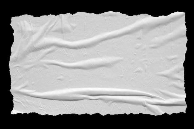 Feuille de papier froissé déchiré isolé sur fond noir