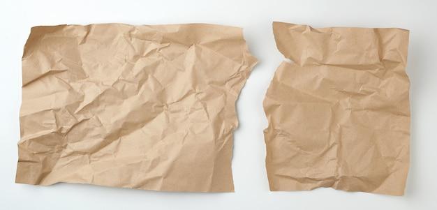 Feuille de papier kraft brun déchiré propre sur une surface blanche