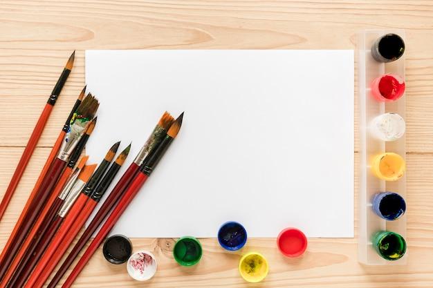 Feuille de papier avec palette de peinture