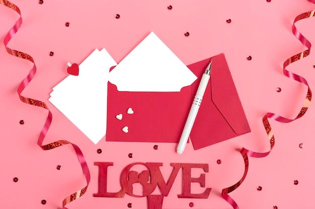 Feuille de papier pour message sur fond rose saint valentin