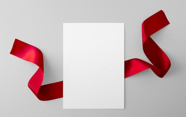Feuille de papier avec ruban rouge
