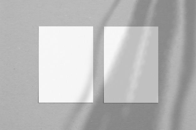 Feuille de papier vertical blanc vierge 5 x 7 pouces avec superposition d'ombres. carte de voeux moderne et élégante ou maquette de mariage.