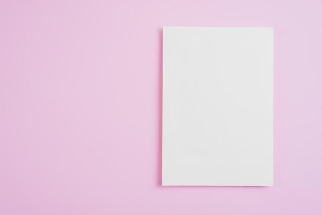 Feuille de papier vide sur rose