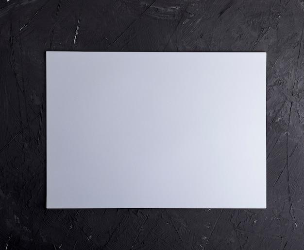 Feuille de papier vierge blanche rectangulaire