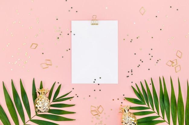 Feuille de papier vierge créative vue de dessus plat et feuilles de palmier tropical vert