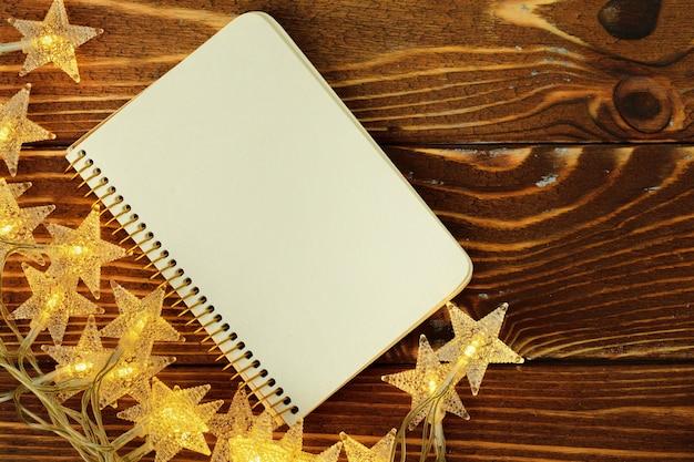 Feuille de papier vierge avec des étoiles décoratives dorées