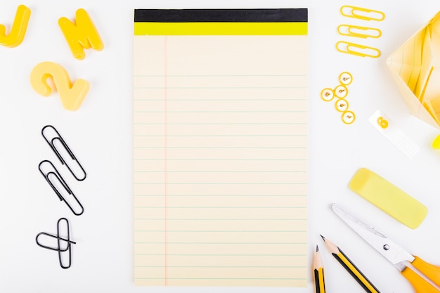 Feuille de papier vierge avec des fournitures scolaires