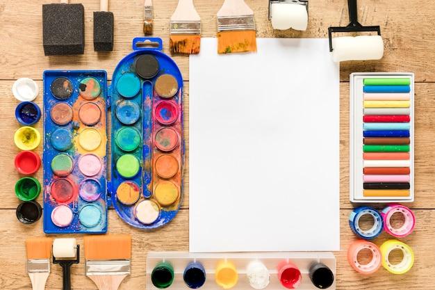 Feuille de papier vierge avec des outils d'artiste