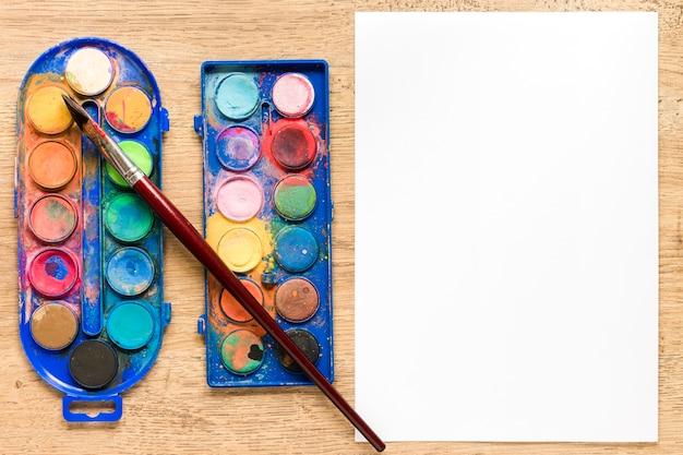 Feuille de papier vierge avec palette