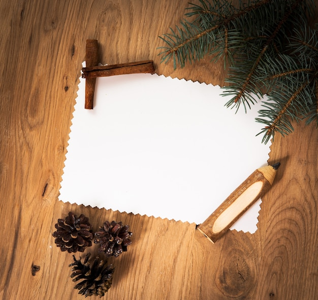 Feuille de papier vierge sur le plancher en bois