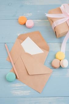 Feuille de papier vierge pour le texte d'accueil et la boîte-cadeau. vue de dessus. mise à plat.
