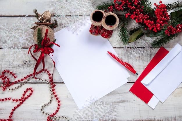 La feuille de papier vierge sur la table en bois avec un stylo