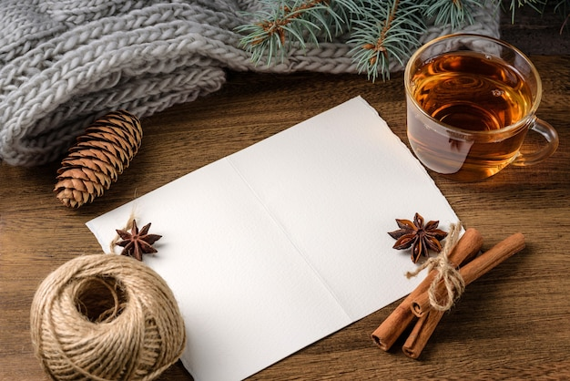 Une feuille de papier vierge sur la table avec une tasse de thé en verre