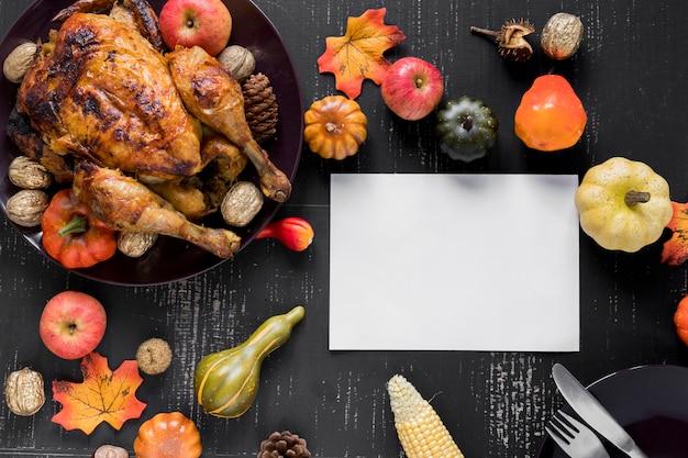 Feuille près du poulet rôti, des légumes et des fruits