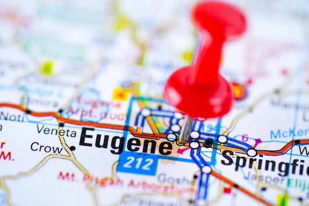 Feuille de route d'eugene avec une punaise rouge, ville située aux états-unis d'amérique, aux états-unis.