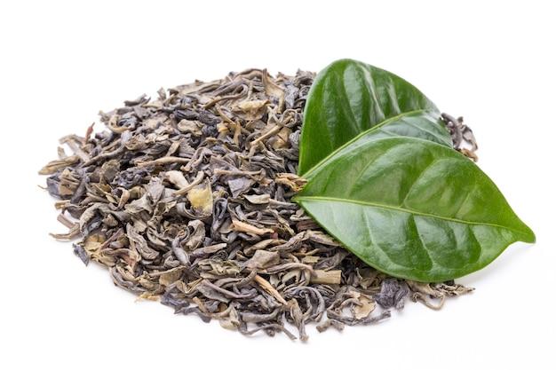 Feuille de thé vert bio isolé sur fond blanc
