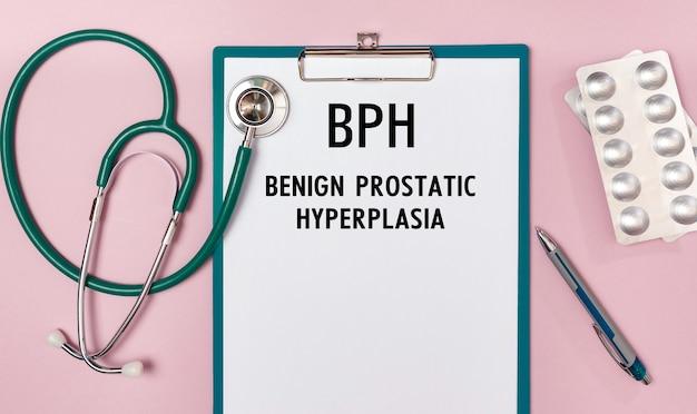 Feuille de travail avec l'inscription hbp - hyperplasie bénigne de la prostate, stéthoscope et pilules, vue du dessus