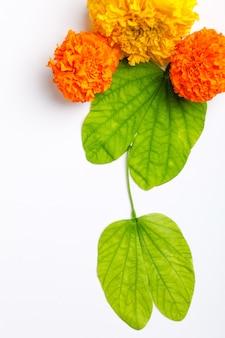 Feuille verte et composition de riz pour le festival indien dussehrae