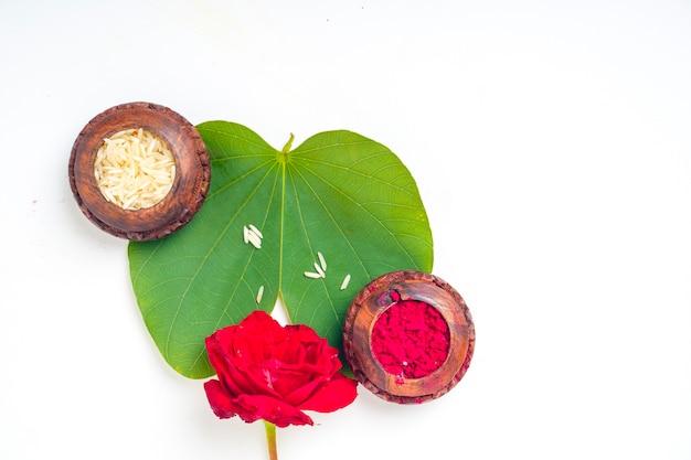 Feuille verte et riz pour le festival indien dussehra