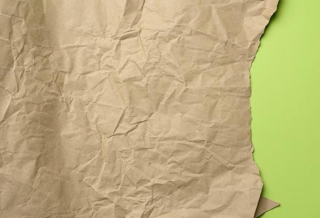 Feuille vide de papier kraft d'emballage brun isolé