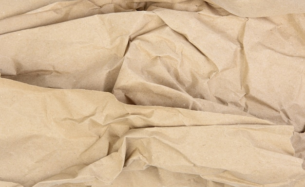 Feuille vierge froissée de papier kraft brun d'emballage, texture vintage pour le concepteur, plein cadre