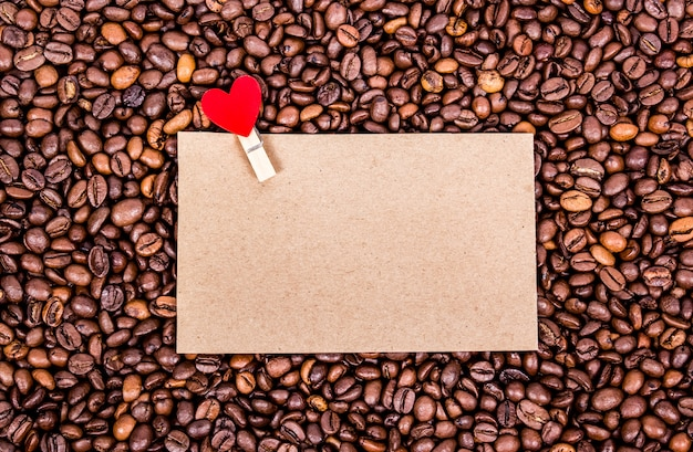 Feuille vierge sur les grains de café
