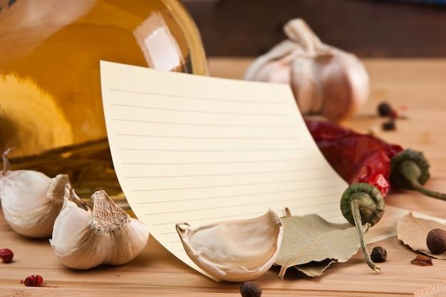 Feuille vierge pour la cuisson des recettes et des épices sur une table en bois