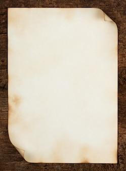 Feuille de vieux papier avec bords recourbés