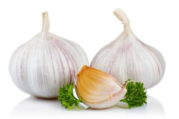 Feuilles d'ail et persil isolés on white